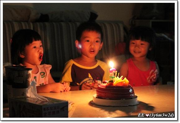 三個孩子唱生日歌