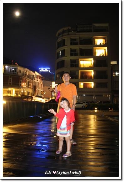 碼頭前父女身後的hotel