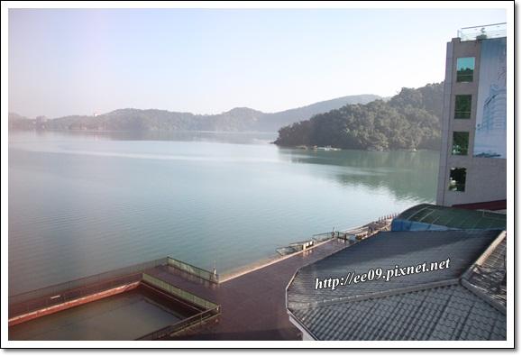 早晨的窗外湖景
