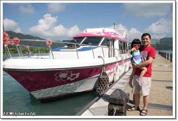 父抱女船邊