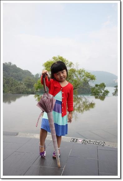 EE拿傘向山水界