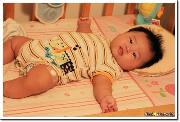 打預防針後躺在嬰兒床