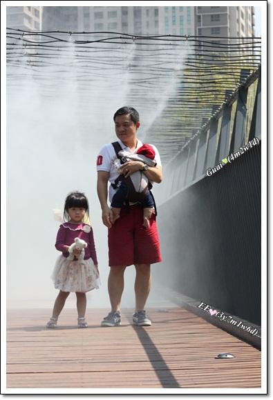 父子女噴霧橋上