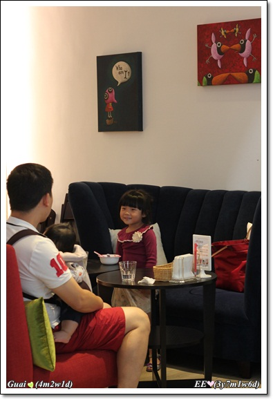 父子女餐廳沙發面對面