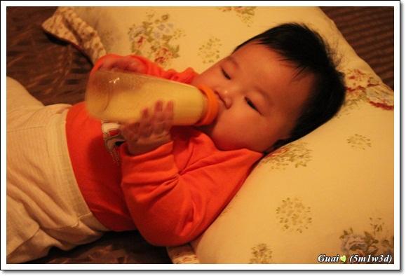 自己拿奶瓶
