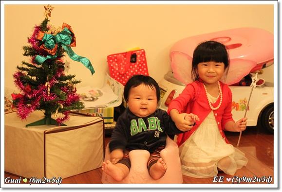 姐弟牽手與耶誕樹