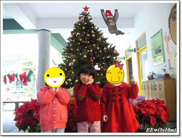 1224耶誕樹前(跟同學)