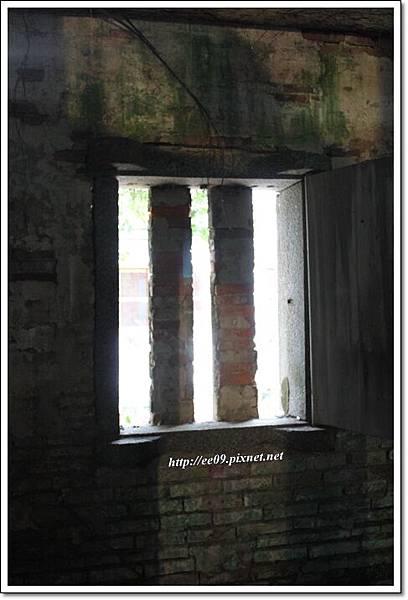 微微透出光亮的小窗