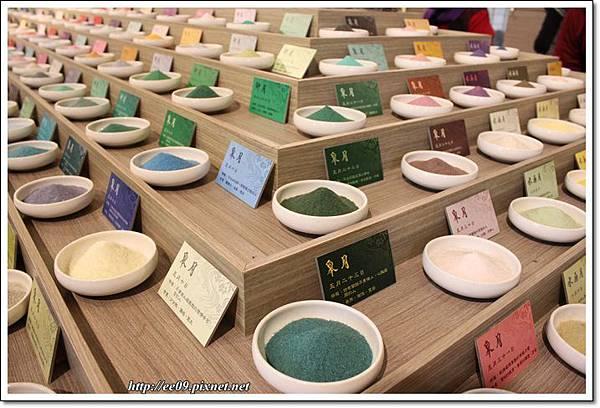 成排彩色鹽(橫)