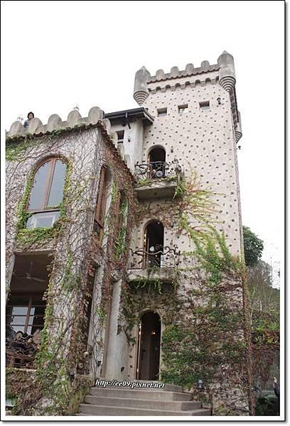古堡階梯小門前