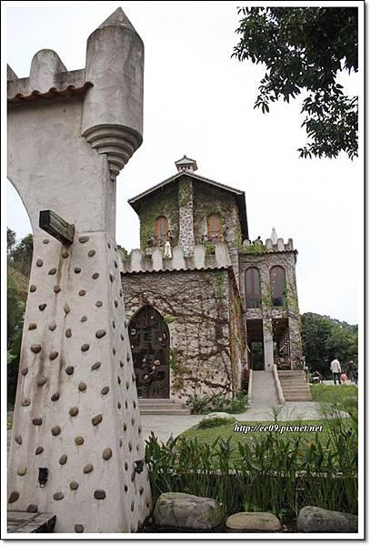 堡左側與另一塔樓