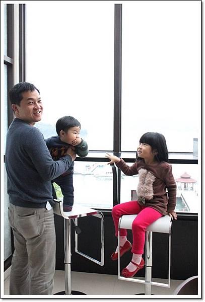 父子女窗邊