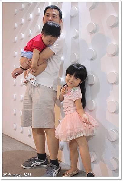 父子女三人白牆前