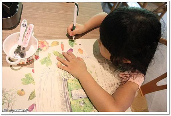 EE在餐紙上畫畫