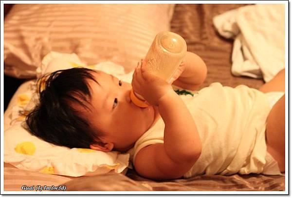 自己拿奶瓶.JPG
