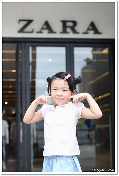 EE在Zara 前.JPG