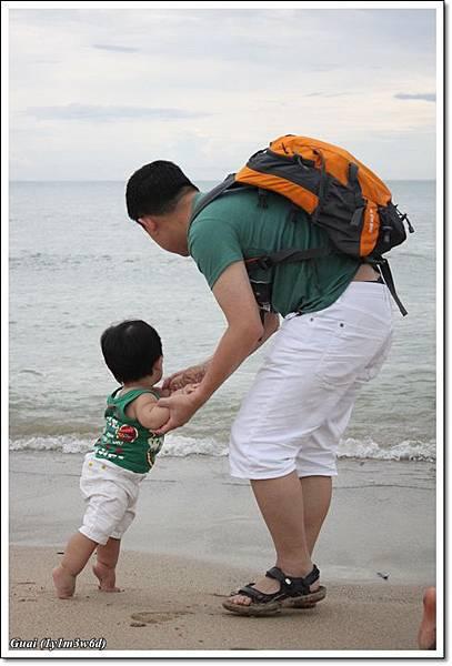 父子往海邊看.JPG