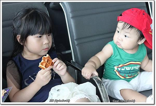 姐弟倆在高鐵站.JPG