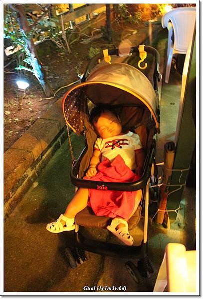 晚餐前睡著了.JPG