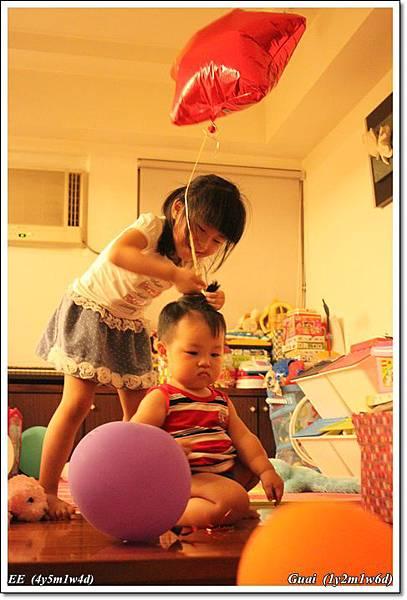 被姐姐捉弄綁氣球