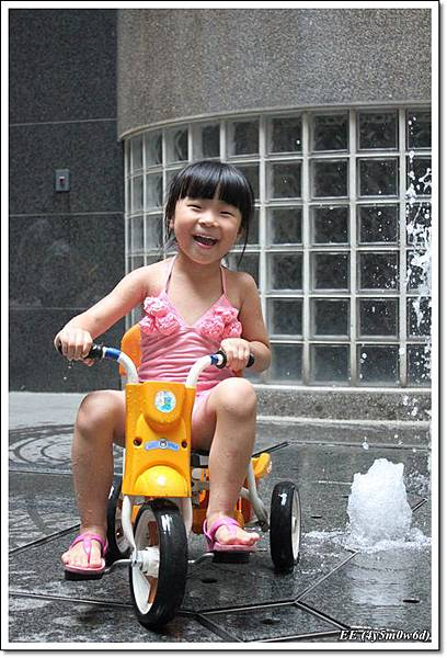 EE騎單車玩水
