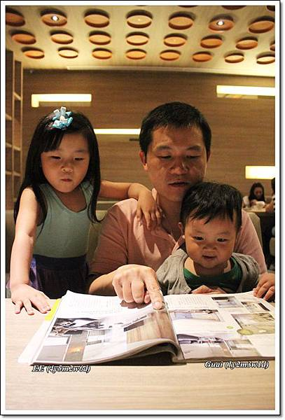 父子女看雜誌.JPG