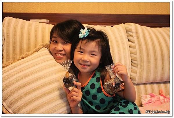母女與把拔送的巧克力.JPG