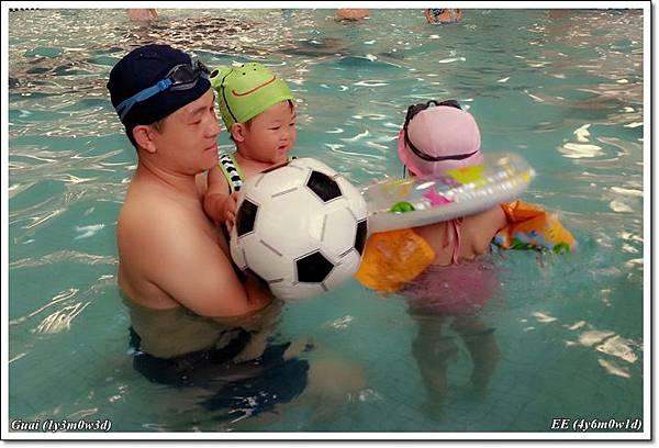 父子女泳池內
