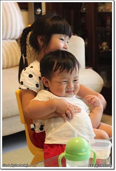 姐弟倆客廳抱抱