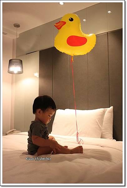 乖乖與小鴨氣球在床上.JPG