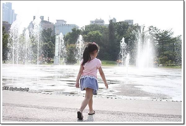 走向噴泉(高雄中央公園)