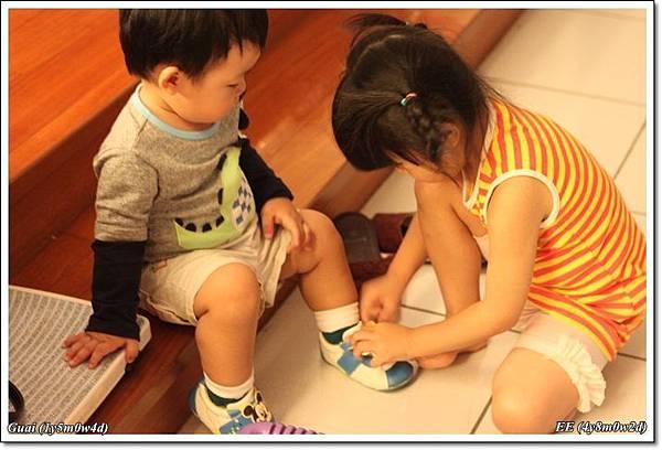 姐姐幫底迪穿鞋子.JPG