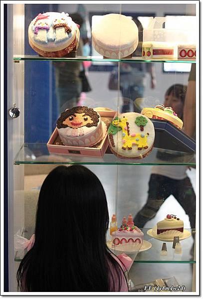 EE看假蛋糕.JPG