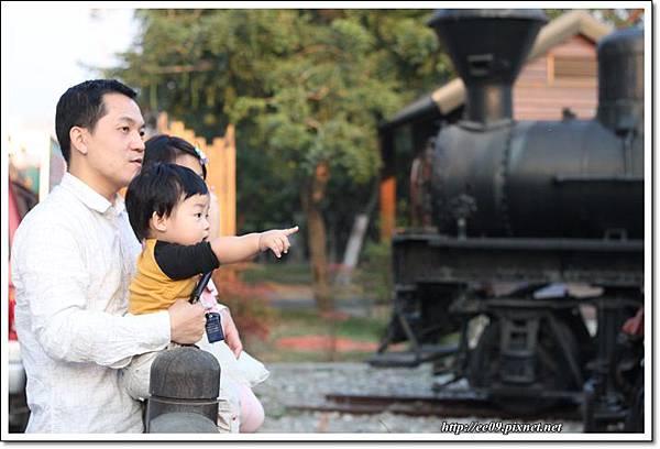 父子女三人看火車.JPG