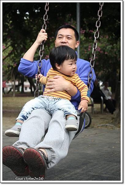 父子盪鞦韆.JPG