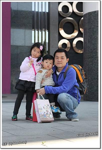 父子女捷運站前.JPG