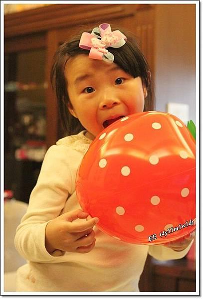 EE裝吃草莓.JPG