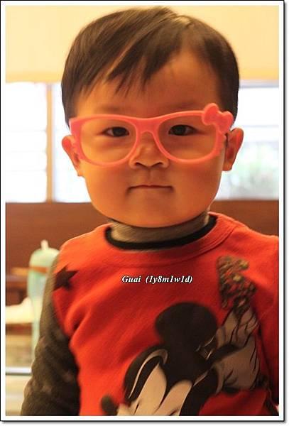 自己戴kitty粉紅眼鏡.JPG