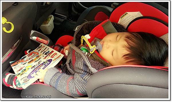 車上連睡著緊抓貼紙書