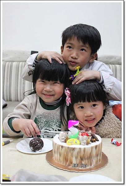 三個孩子切蛋糕