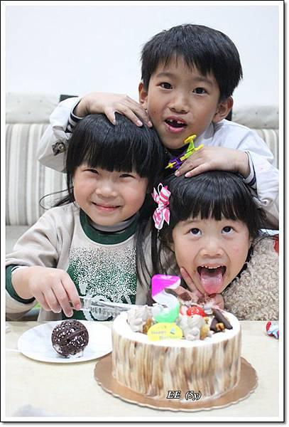 三個孩子切蛋糕-1