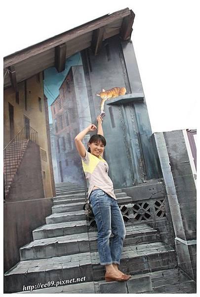Emi 拿東西給貓貓.JPG