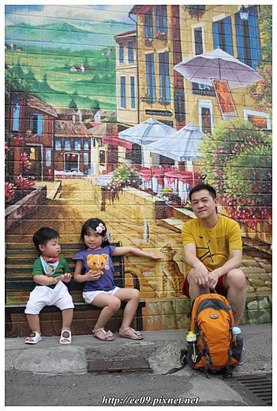 父子女與大彩繪牆.JPG