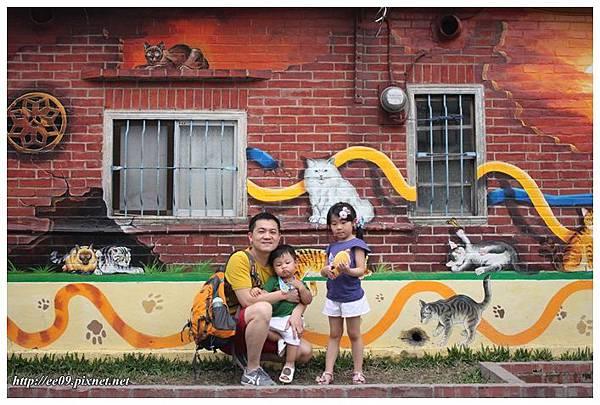 父子女與矮牆.JPG