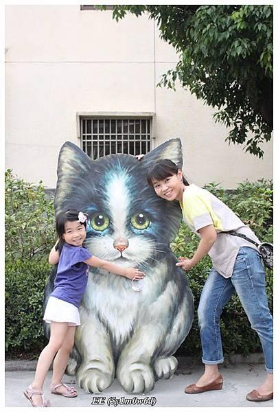 母女與貓立牌.JPG