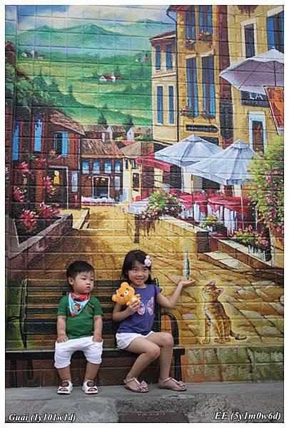 姐弟與大彩繪牆.JPG