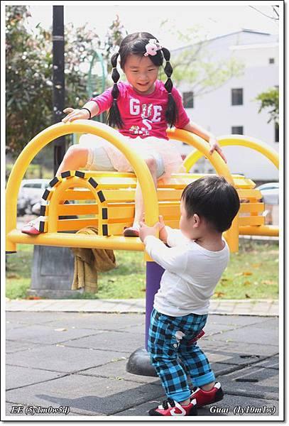 姐弟公園玩