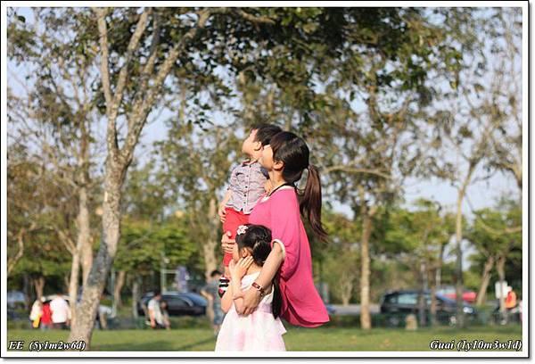 母子女凝視大樹.JPG