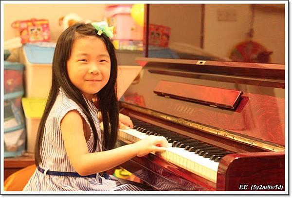 彈鋼琴有模有樣.JPG