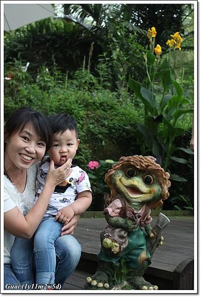 媽咪抱乖乖與青蛙照.JPG